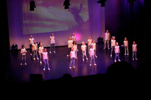 HELDIGE: Mange står på ventelister, men disse barna kan glede seg over å være en del av Diorama sang, dans og drama. Her fra sommeravslutning på Sarpsborg scene i 2016.