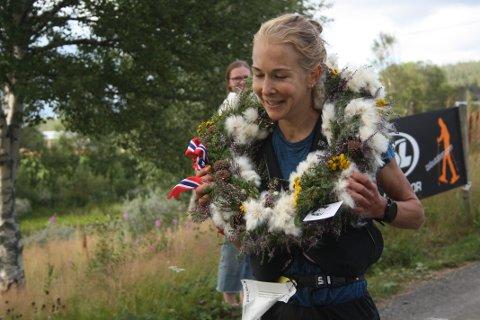 NM-GULL: Henriette Brynthe ble norgesmester for kvinner i terrengultra. Vinnerkransen besto av planter og blomster fra terrenget NM-løypa gikk i.