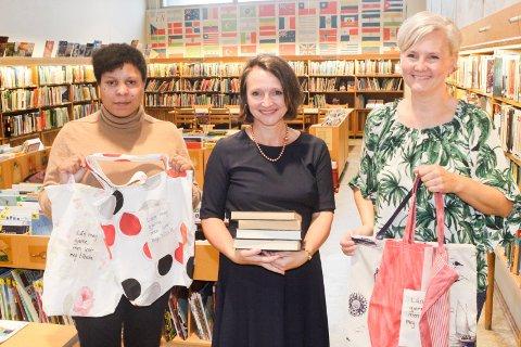 Satser på nett: Eli-Albina Skåle (fra venstre), bibliotekssjef Anette Kure og Tove Midtfjell Pettersen med den nye utlånsnettene ved biblioteket. Skåle og Pettersen er tilknyttet Astridsgate aktivitetssenter.