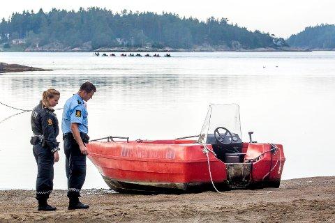MOTORTYVERIER: Politiet foretar åstedsundersøkelse etter tyveri av en 60 hk påhengsmotor fra Ullerøy Leirskole i 2014.