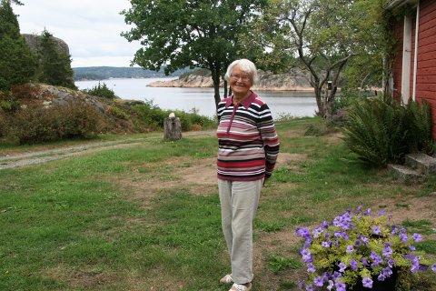 SPREK 90-ÅRING: Jubilanten Irene Galland har alltid trivdes på Grimsøy, hvor hun er født og oppvokst. Flere bad har det også blitt i Skjebergkilen i sommer.