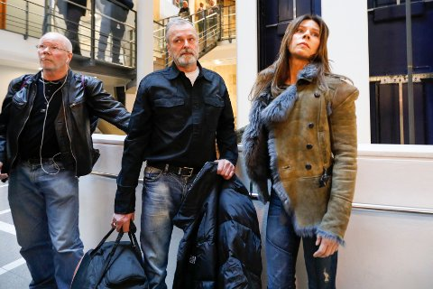 Eirik Jensen (i midten) og samboeren Ragna Lise Vikre lot seg fotografere da de ankom Oslo tingrett for å høre juryen i Borgarting lagmannsrett komme med sin kjennelse mandag. Kort tid etter ble han frikjent for det alvorligste forholdet i tiltalen.