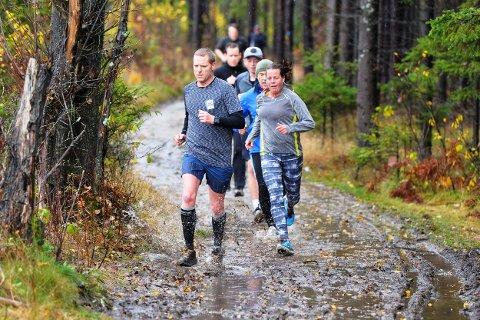 TUNGE FORHOLD: Det var mye vann og søle i mesteparten av løypa under Torsdagsløpet denne gangen.