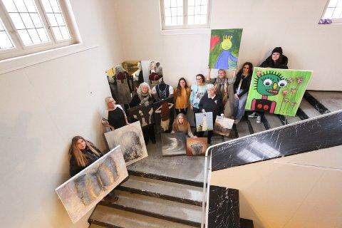 Jubileumsutstilling: Her er noen av dem som deltar på Novemberutstillingen 2019, som åpner lørdag 2. november:  Fra høyre bakerst står Victoria Kinnea Lopez, Ikram Boalvan(lærling på systua, Lisbeth Berg Østrem (som holder et bildet opp), Hilde Gade (fra  systua), Anina Jusufi (lærling på systua), Anne Christin Bjella, Hilfrid Jensen, Aud Irene Andersen, Unni Lørdahl Rasmussen (sittende til venstre med to bilder) og Annikken Helgar. De som ikke var med på bildet er: Iren Kjeldsen, Are Buraas,Terje Adler Mørk, Svein Olav Thunæs, Silvia Campana, Iren Fagerås, Hilde Helgedatter, Sonja Skaug og Cathrine Ræder.