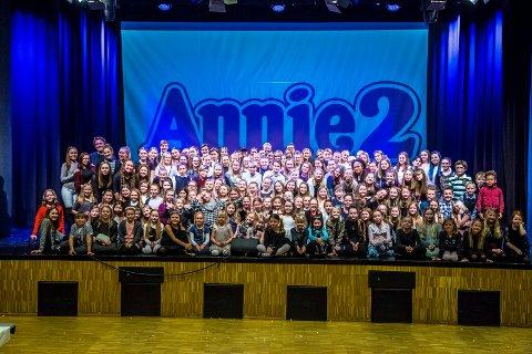 Stor interesse: Villekulla barne- og ungdomsteater opplever stor interesse rundt sine nye dansepartier. Her er mange av elevene i forbindelse med oppsettingen av «Annie 2» på Sarpsborg scene i 2017.