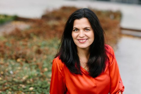 Toget må gå innom byene, det er der folk bor, poengterer Nina Solli, regiondirektør i NHO Viken Oslo, i dette innlegget.