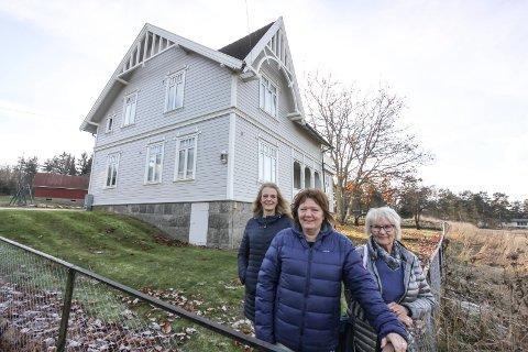 Siste førjulsmarked? Nina Bergsland (fra venstre), Torhild Klemsdal og Berit Midtfjell er blant dem som arrangerer førjulsmarkededet i Vestvold kultursenter på Ise. De frykter at dette blir det siste året det er mulig.