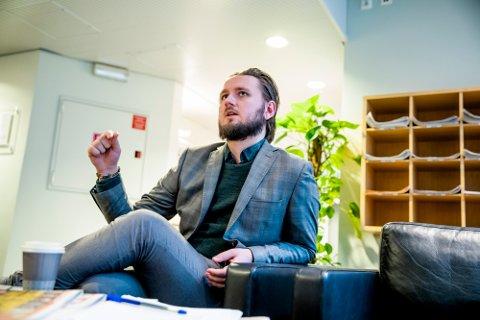 GØNNER PÅ VIDERE: Freddy André Øvstegård (SV), her etter møtet om Nav-saken i stortingets kontroll- og konstitusjonskomité.