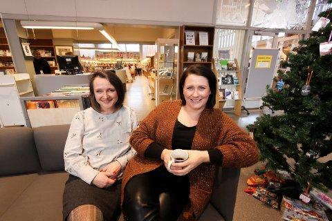 Stø kurs: Kulturutvalgsleder Therese Thorbjørnsen (til høyre) forteller at man fortsatt holder stø kurs mot et nytt bibliotek i 2022, noe som vil gi etterlengtede ekstra kvadratmeter for biblioteksjef Anette Kure.