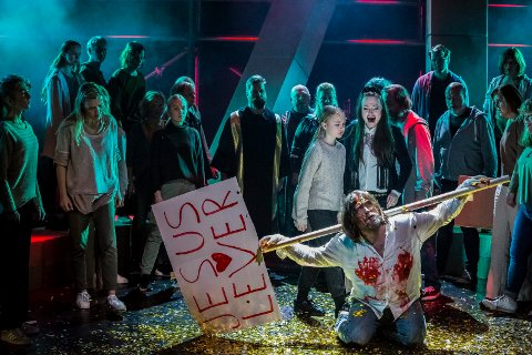 SUKSESS: Ann Christin Elverum (bak), Jonas Groth og resten av ensemblet i Jesus Christ Superstar kommer til Tune kirke søndag 14. april.