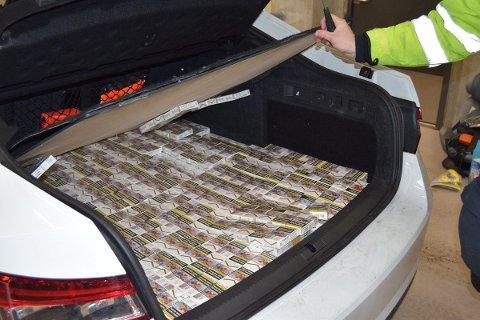 Under en falsk bunn i bagasjerommet fant tollerne titusener av sigaretter.