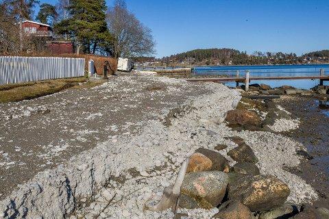 I SJØKANTEN: Den ulovlige anleggsveien er ikke bare bygd innenfor 100-meters beltet - den ligger så nært sjøen at deler av den raser ut i sjøen.