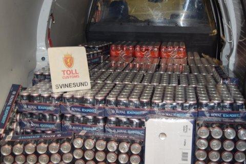 TATT: En dansk person ble stanset med for mye alkohol i bilen, gjemt under flere madrasser i helgen.