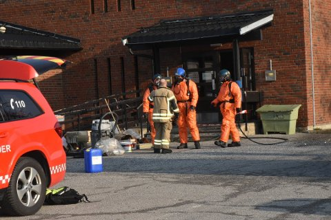 Indre Østfold Brann og redning og Sarpsborg Brannvesen måtte ta på seg værnedrakter under arbeidet.