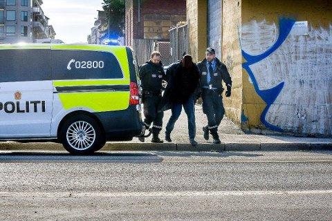 Mannen som ble pågrepet etter en politijakt i Sarpsborg sentrum mandag ettermiddag, har skap hodebry for politiet her i byen i lang tid. Nå tar politiet sikte på å få ham varetektsfengslet etter en trusselsituasjon på en institusjon i Sarpsborg sentrum.