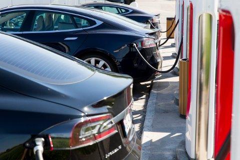 SOLLI: En Tesla Model S står til lading på Solli supercharger i Sarpsborg. Disse ladestasjonene er bygd spesielt for elektriske biler fra Tesla og gjør det mulig å lade bilens store batteri på kort tid. Tesla bygger superladere langs de største veien i Norge og Europa.