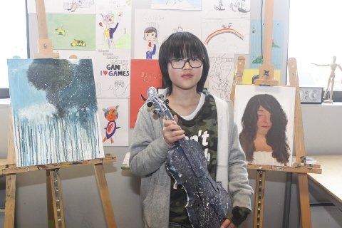 Utstilling: Leah Tran (9) regnes som et stort tegnetalent. Mandag 3. juni stiller hun og flere andre elever ved Kulturskolen ut tegninger og malerier.