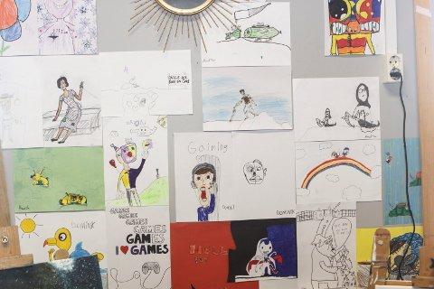 Mange utstillere: Flere av elevene ved Kulturskolen er med på utstillingen. Her er noen av tegningene som vises.