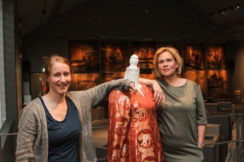 Ny utstilling: Konservator Hege-Beate S. Lindemark (til venstre) ved Borgarsyssel museum og Siri Braadland i Olavsdagene med en ny kopi av kjolen til dronning Astrid.