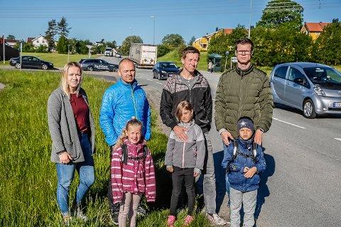 TRAFIKKFARLIG: Elin Halvorsen , Sofie Ravneng, Glenn, Tenstrand, Amelia Louise Lae, Pål Eivind Lae, Johannes og Per Kjuul Førrisdal håper på en endring og et bedre busstilbud til Borgen barneskole. Riksvei 22 er trafikkfarlig, mener de.