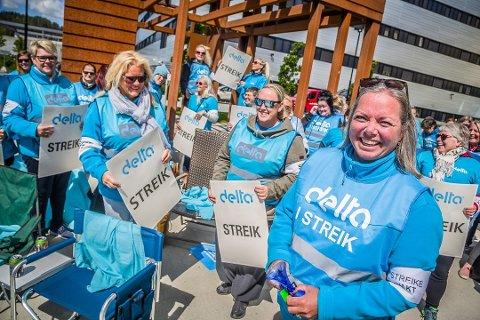 Streikeviljen var stor da SA besøkte de streikende tidligere i sommer. Nå er Tone Lie Nilsen (i front) skuffet over at regjeringen har gått inn med tvungen lønnsnemnd, da de mener streiken var uansvarlig.