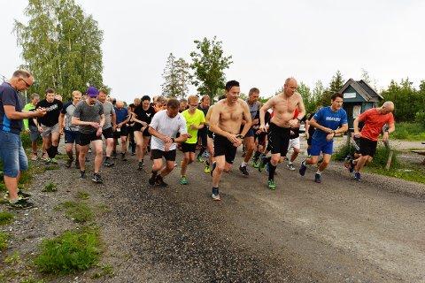 KLAR, FERDIG - LØP: Konsentrerte løpere på startstreken i Torsdagsløpet.