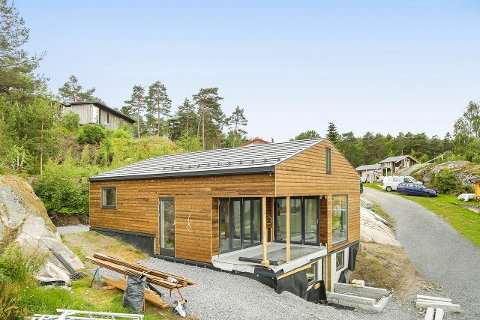 Denne hytta på Karlsøya ferdigstilles i disse dager og er prissatt til 10 millioner kroner.