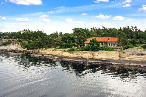 GRIMSØY: Denne hytta på Grimsøy er plassert få meter fra vannkanten.  Fra hyttta er det fin utsikt mot Singlefjorden og Hvaler-øyene.