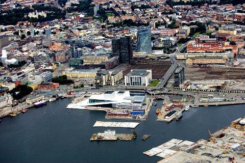 OPPSØKTE MANNEN: En mor og Barnas Trygghet oppsøkte en eldre mann i Oslo i sommer. Flyfoto av Oslo sentrum med operahuset og Oslo S.