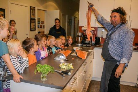 FISKEBEIN: Kjensdis-kokk Bård Greni fra Urban Food lagde mat med barna i HinkenHopp idrettsbarnehage.