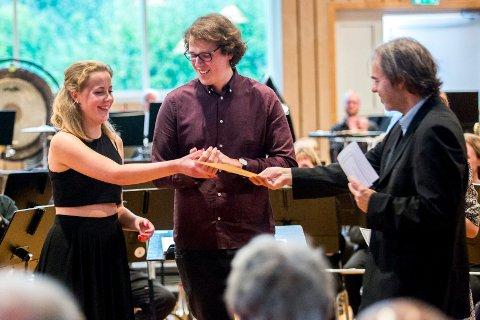 STOLT: John Dalenes stipendkonsert i Janitsjarhuset tilbake i 2015. Den gang var det 18 år gamle Nora Christiane Huth på klarinett, som ble tildelt John Dalenes minnefonds stipend av Ingar Bergby. I midten står Mats-Henrik Nygren Syversen.