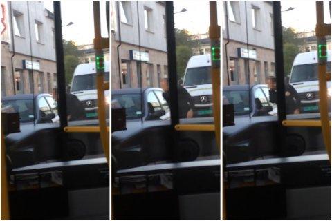 TRUENDE: I videoen RB har fått tilsendt hytter bussjåføren med neven og gjør en armbevegelse som om han skal slå i ruta på bilen, samtidig som han brøler mot sjåføren.
