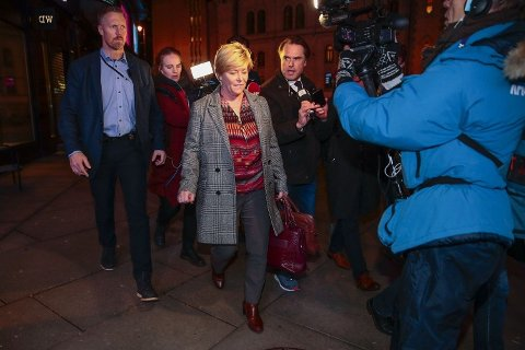 PÅ VEI UT? Frp-leder Siv Jensen på vei ut etter at partiledelsen var samlet til en møte på partikontoret for å ferdigstille kravene til statsminister Erna Solberg.
