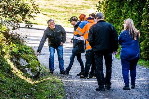 REAGERER: Knut Berg (t.v.) holder ingen som gisler, som beboerne i Delåsveien blir beskyldt for av Jan Petter Dahl på grunn av uavklarte eiendomsforhold.  Her viser Berg fram grensemerke til Christoffer Ramstad under oppmålingsforretningen til kommunen i september i fjor.