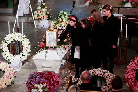 Prinsesse Märtha Louise, Emma Tallulah Behn, Leah Isadora Behn og Maud Angelica Behn legger blomster på båren under bisettelsen av Ari Behn i Oslo domkirke.