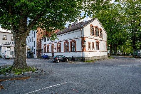 RIVES: Den eldste delen av gamle Sarpsborg sykehus sto ferdig i 1901. Den må rives når den nye ambulansestasjonen skal bygges. Mange har reagert på dette, men bygningen er ikke vurdert som bevaringsverdig i den nye sentrumsplanen – står ikke på «Gul liste.»