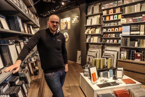 NYOPPUSSET BUTIKK: 29 år gamle Markus Nedrelid både driver og eier butikken Elite Foto på Amfi Borg. Nå har han pusset opp butikklokalene.