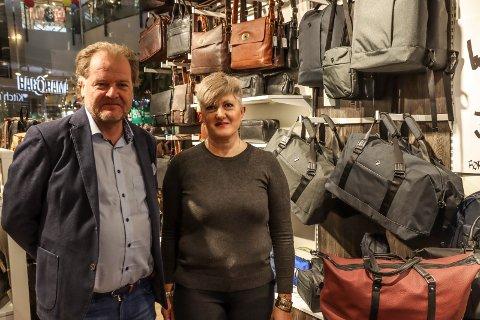 VESKEBUTIKK: Espen Flyvholm eier og driver Bagorama-kjeden. Han er godt fornøyd med salget i butikken i Amfi Borg, hvor Ledia Jensen er butikksjef.