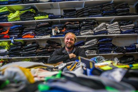Jonas Elofsson har gått fra idrett til tekstiler. Nå har han åpnet butikk med mye arbeidsklær helt øverst på Soliveien.