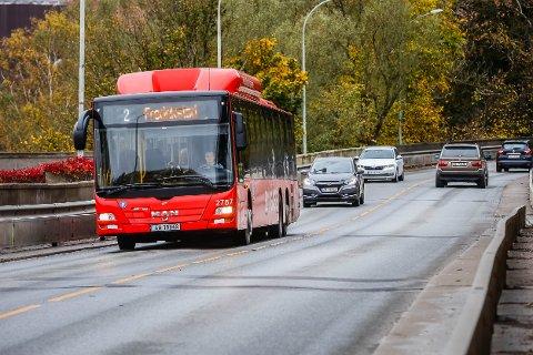 KORT LEVETID: Om sju år kan det bli slutt på at busser får kjøre på Sarpsbrua.