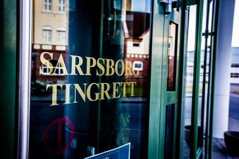 En 43 år gammel mann fra Sarpsborg, som er tiltalt for voldtekt og mishandling, ble i Søndre Østfold tingrett avdeling Sarpsborg fengslet i ytterligere åtte uker tidligere denne uka.