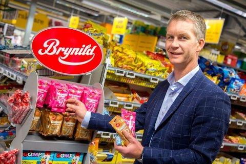 Anders Brynildsen, daglig leder i Brynild Gruppen. Søtsakene han selger, blir adskillig billigere etter at sukkeravgiften nå forsvinner helt.