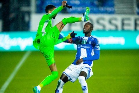 MÅ HOLDE SEG HJEMME: Sulayman Bojang, her i duell med Amahl Pellegrino, er en av spillerne som må holde seg unna Sarpsborg fram til 1. februar.