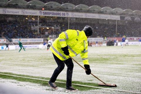 SNØ SOM SMELTER FORT: Statsmeteorolog Kristin Sæther forteller at det kan komme snø i Sarpsborg i natt, men det er ingen fare for at banemannskapet på Sarpsborg stadion må fram med snømåka neste uke.