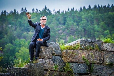Det er den rutinerte og populære skuespilleren Bjørn Skagestad som skal spille Erling Stordahl i jubileumsforestillingen «Fra mørke til lys - fragmenter av et liv» på Stordal Kultursenter i august i år. 12. august er det nemlig 50 år siden kultursenteret ble åpnet av daværende kronprins Harald. Dette bildet er fra 2017, da Skagestad spilte rollen som Stordahl i forestillingen «Fra mørke til lys». (Foto: Vetle Granath Magelssen)