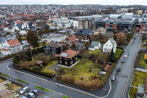 FEM ETASJER: Concensus eiendom AS har sikret seg en avtale med eierne av Dronningens gate 45 (den nærmeste eneboligen). På denne eiendommen åpner den nye sentrumsplanen for blokkbebyggelse på inntil fem etasjer uten regulering.