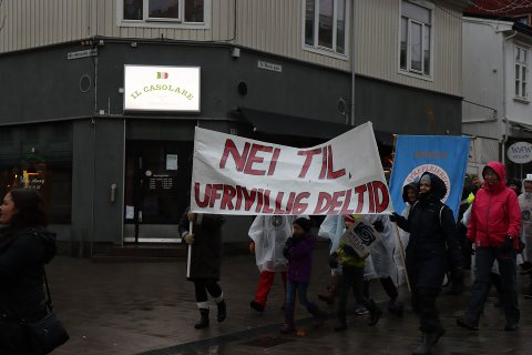 """Rundt 100 personer gikk i 8. mars-toget gjennom Sarpsborg sentrum søndag ettermiddag. Blant annet mobiliserte sykepleierne som utgjorde nesten halvparten av alle som gikk under parolen """"Neil til ufrivillig deltid""""."""