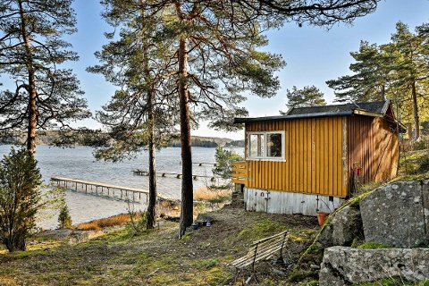 SKAL SELGES: For denne hytta som ligger helt ned til vannet er prisantydningen 2,65 millioner kroner.