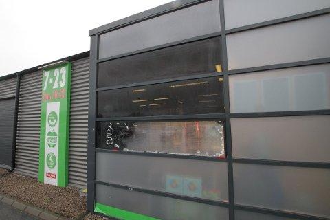 FEILSLÅTT: Tyvene fikk verken med seg tobakk eller skapet gjennom det knuste vinduet. Foto: Henrik Skolt