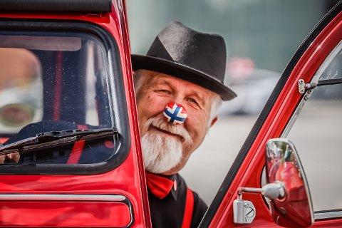 GLAD GUTT: I fjor traff amors pil Rune Pettersen (74) hardt i brystet. Da forelsket han seg i den franske folkebilen Citroën 2CV – en veteranbil helt utenom det vanlige.